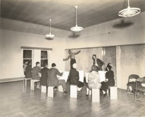 Charles White teaching life drawing at the South Side Community Center in Chicago, circa 1940. Holger Cahill papers photo, 1910-1993 (Smithsonian Institution Archives of American Art)